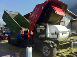 Easy filling of the bunker with a trailer, tipper or floor conveyor. The bunker in the front of the Multi-Press will be continously filled.